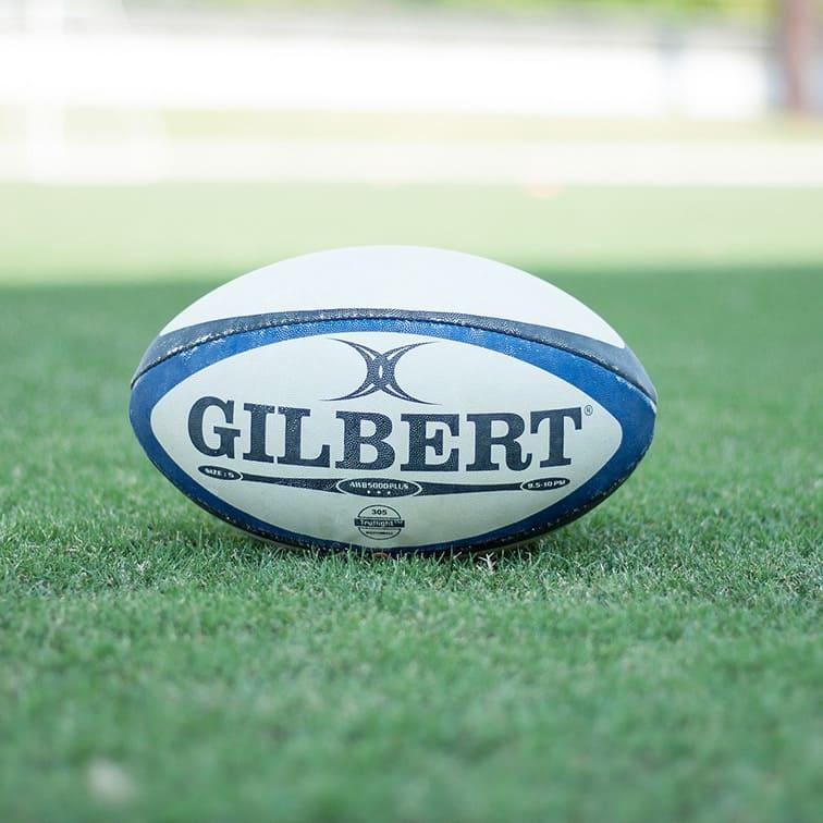 Charles Legend se met au rugby